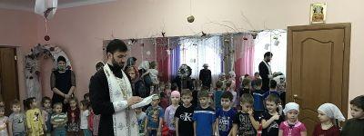 Ребят из детского сада «Светлячок» в Строителе священник поздравил с Крещеньем