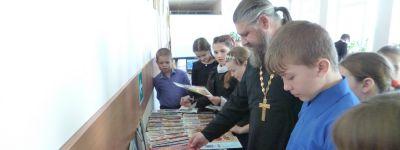 Настоятель Свято–Троицкого храма рассказал школьникам в Большебыково о пользе молитвы и чтения духовной литературы