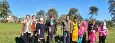 Накануне престольного праздника Покрова Пресвятой Богородицы в Репяховке посадили аллею туй в честь новорожденных