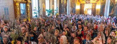 Митрополит Белгородский и епископ Валуйский совершили Божественную литургию в Свято-Троицком храме города Алексеевка