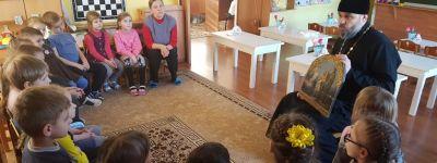 О Крещении поговорил с ребятами в детском саду настоятель храма Успения Божией Матери посёлка Пролетарский