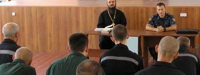 Настоятель Свято-Троицкого храма провёл занятие с заключёнными, учащимися в воскресной школе колонии в Валуйках