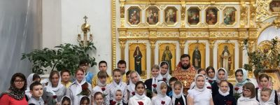 Воспитанницам воскресной школы в Бирюче в день жён-мироносиц преподнесли в дар цветы
