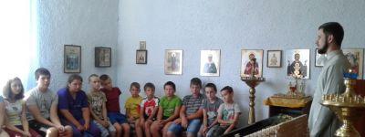 О современных нравственных проблемах поговорил со школьниками батюшка Покровского храма в селе Ржавец