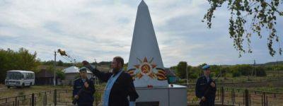 Настоятель Богородицкого храма освятил реставрированный памятник расстрелянным нацистами в Великую Отечественную жителям Свистовки