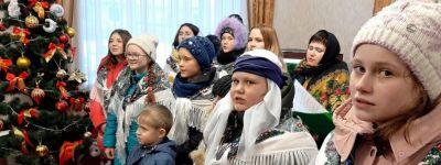 Ивнянские школьники поздравили колядками с Праздником Рождества Христова и Новым Годом сотрудников администрации района