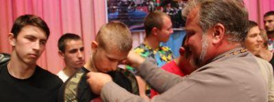 Валуйский благочинный вручил призывникам  освященные нательные крестики