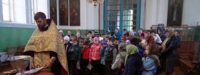 Ежемесячно служить молебны начали в школе в Козинке