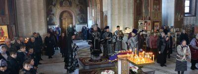 Божественную литургию Преждеосвященных Даров совершил в храме святых апостолов Петра и Павла на Прохоровском поле епископ Губкинский