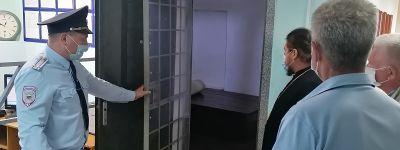 Настоятель Свято-Ильинского храма навестил заключённых в изоляторе временного содержания в Красном