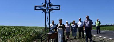 Поклонные кресты на въездах в село Волково освятили в Чернянском благочинии