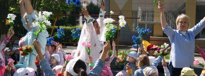 Освободили русскую красавицу-берёзку и исполнили танец «Ромашковое поле» дети из православного детского сада в праздник семьи, любви и верности
