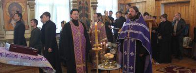 Всенощное бдение с чином изнесения Креста отслужилми в храме Белгородской семинарии