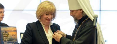 Митрополит Белгородский поздравил с 65-летием главную библиотеку региона и наградил её работниц