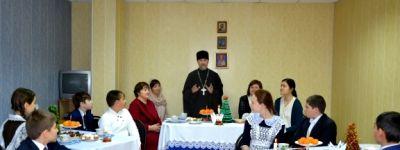 В гости к валуйским школьникам на святки пришли настоятель храма святителя Иоанна Златоуста и матушка Ксения