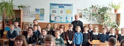 Вопросы духовного здоровья и добродетели обсудили с батюшкой валуйские школьники