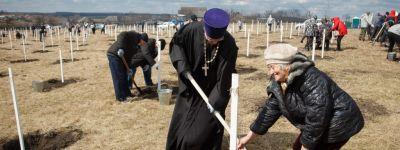 Краснояружский благочинный принял участие в высадке «Сада памяти» в Илек-Пеньковке
