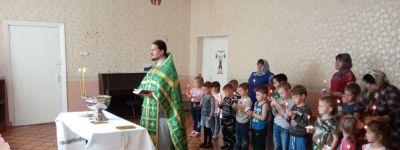 Водосвятный молебен для малышей совершили в Курасовке в день памяти Сергия Радонежского