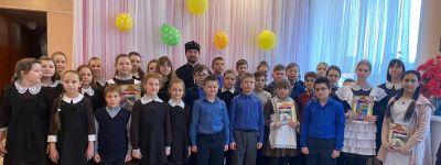Клирик храма Архистратига Михаила вручил дипломы победителям районного конкурса «Мой Бог» в Борисовке