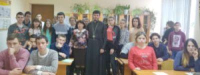 О физической, интеллектуальной, социальной и духовной сторонах человека побеседовал со студентами батюшка в Валуйках